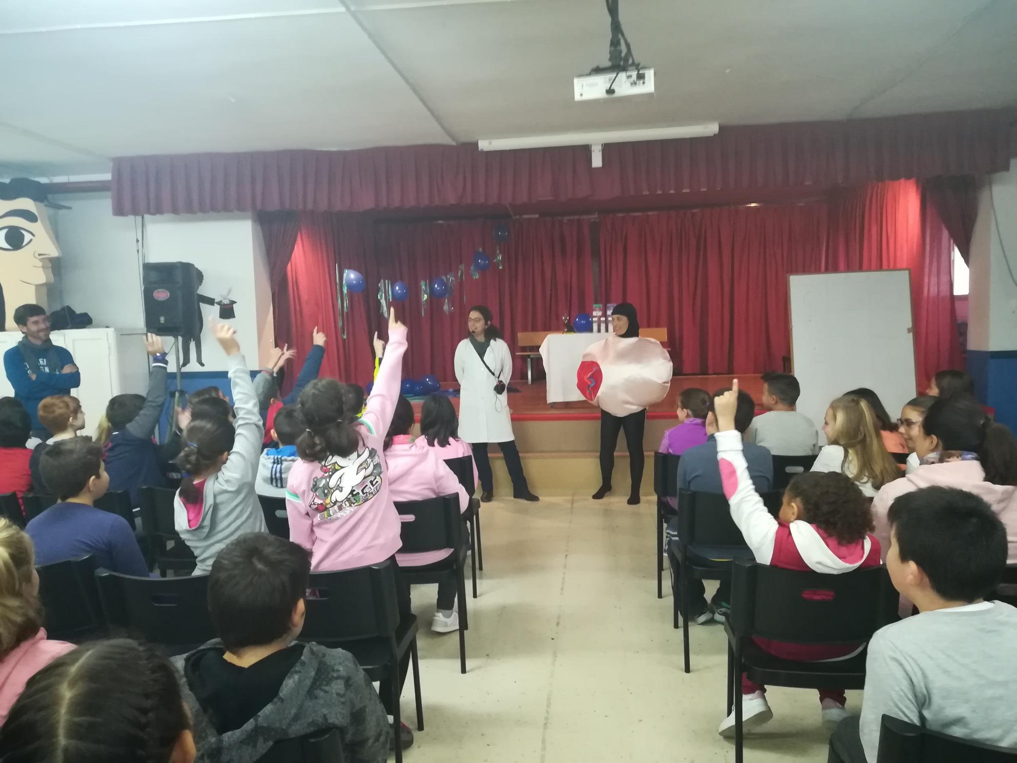 Más de cien escolares de Málaga participan en un taller infantil sobre biomedicina y terapias avanzadas