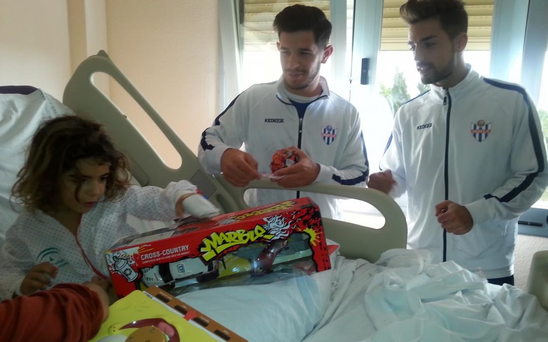 Los niños y niñas del Hospital Comarcal de la Axarquía celebran la navidad con los jugadores del Vélez Club de Fútbol