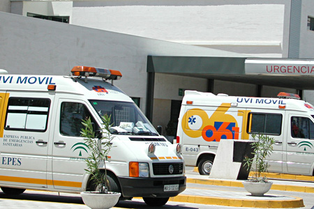 Ambulancias en la puerta de urgencias del hospital