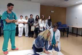Una alumna practica con un modelo bajo la supervisión de los intensivistas