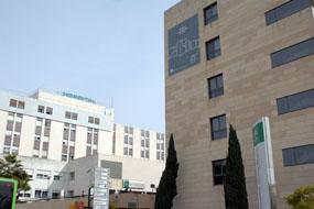 Lona conmemorativa en el Edificio de Consultas Externas