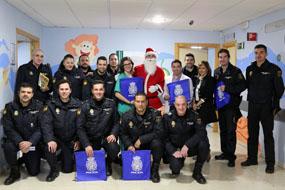 Papa Noel acompañado por un grupo de la Policía Nacional de Córdoba, visita a los niños del Hospital Infantil