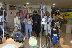 Los superhéroes visitan a los niños hospitalizados