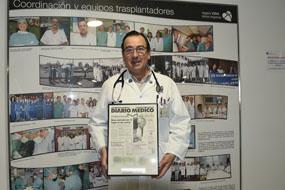 Juan Carlos Robles con su distintivo que le acredita como Embajador de la Medicina