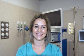 La neumóloga Mª Sol Arena de Larriva en la unidad de broncoscopia