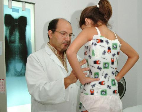 El dr. Manuel Arias atendiendo a una paciente
