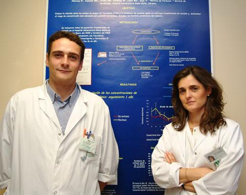 Profesionales sanitarios junto al póster