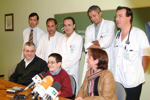 El niño trasplantado, Rafael Cejudo junto al equipo de profesionales que realizó el trasplante