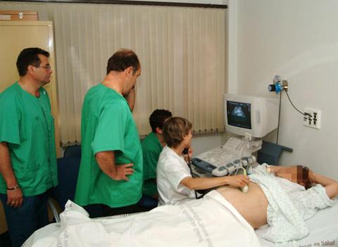 Realización de ecografía a paciente