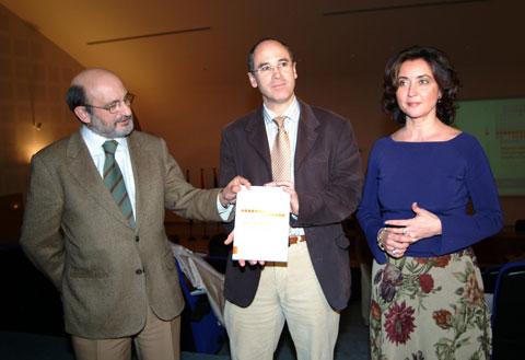 El director gerente del Reina Sofía junto al autor de libro y la delegada de Salud