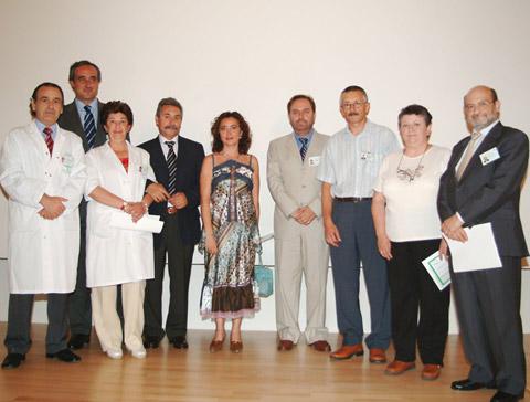 La delegada de salud y directivos del hospital junto con profesionales que llevan 25 años