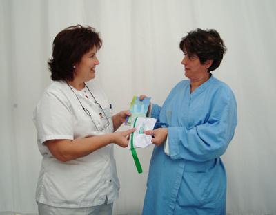 Entrega a una paciente del plan de acogida