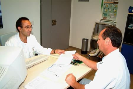 El Dr. antonio Hervás en su consulta de digestivo