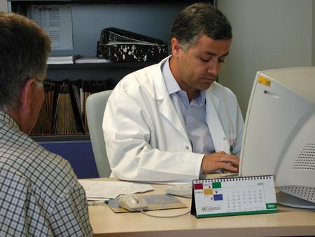 Un especialista atiende a un paciente