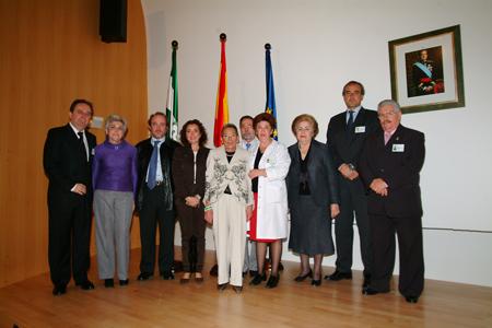 La delegda de Salud y directivos del hospital junto con representantes de los profesionales jubilados