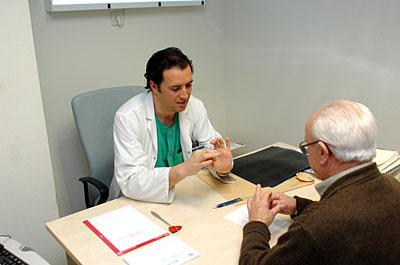 Paciente de edad en la consulta