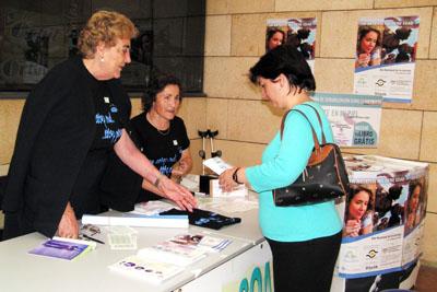 Reparto de folletos de la asociación de artritis