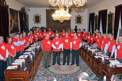 Miembros de los grupos políticos de diputación apoyando la donación