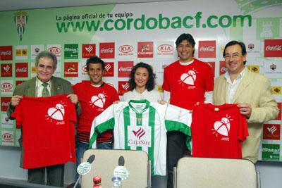Jugadores del Córdoba C.F. junto a la delegada de salud