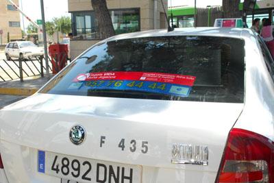 La banda adhesiva colocada en la luneta del taxi