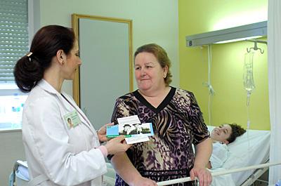 Entrega de material divulgativo a pacientes y familiares