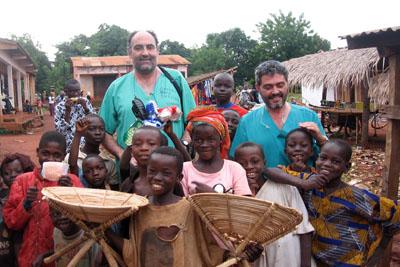 Los doctores Díaz y Gallego rodeados de niños