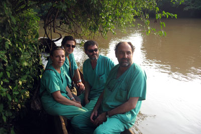 Los sanitarios españoles se desplazan por el río