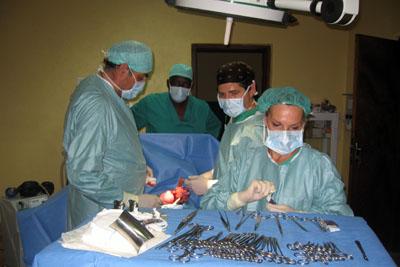 Profesionales trabajando en el quirófano del país centroafricano