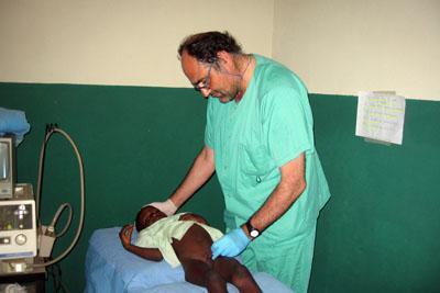 Carlos Díaz Iglesias atendiendo a una niña