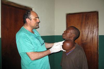 El doctor Iglesias observa a un paciente con bocio
