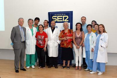 José Manuel León con la delegada de salud y algunas de las personas que intervinieron en el programa