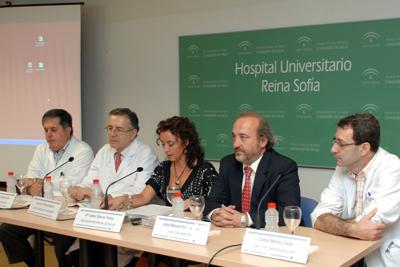 De izquierda a derecha, los doctores Casares y Pérez Navero, la delegada de Salud, el gerente del hospital y el doctor Merino
