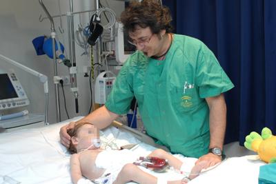 El niño junto a un enfermero.