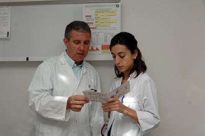 El doctor Palomares muestra el protocolo para el manejo del paciente diabético hospitalizado a otro profesional
