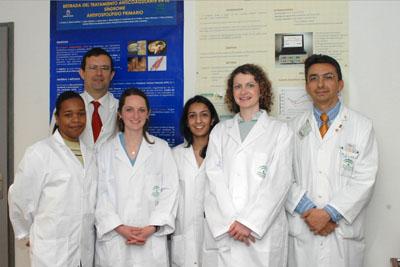 Profesionales del hospital junto con cuatro estudiantes de Medicina estadounidenses