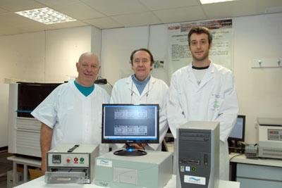 El Dr. Casal junto a dos microbiólogos del hospital