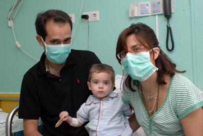 El pequeño entre sus padres, en su habitación del hospital