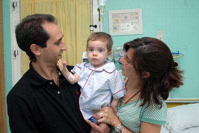 El niño con sus padres en el hospital