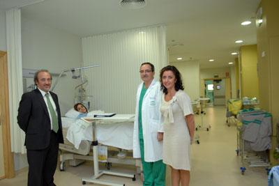 La delegada de Salud, junto al gerente del hospital y al doctor Arjona, visitan la nueva Unidad de Reanimación de madres