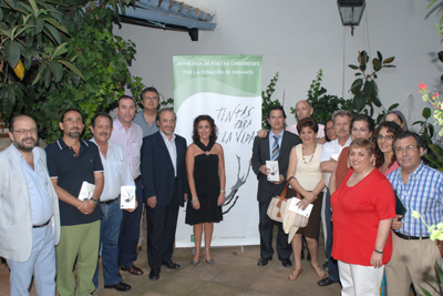Algunos de los poetas que participan en la antología junto a la delegada de Salud y el gerente del hospital