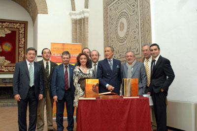 Antonio Gala y Rafael Matesanz junto al autor del libro, autoridades y otros representantes del hospital.