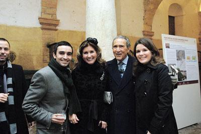 Antonio Gala con algunos autores del libro.