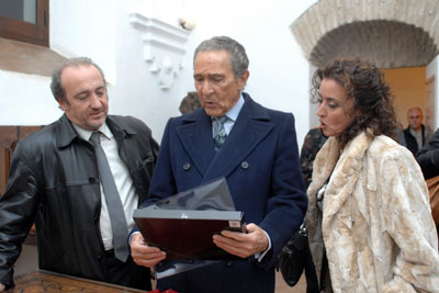 Antonio Gala observa un obsequio entregado por profesionales del hospital.