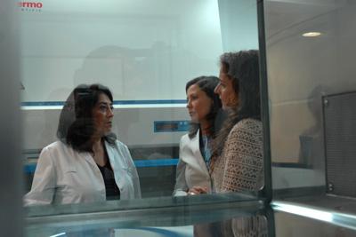 Concepción Herrera muestra las instalaciones de las nuevas salas blancas a la consejera