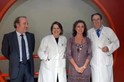 La delegada junto al gerente y los alergólogos antes de la presentación de la técnica