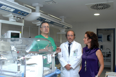 El jefe de Servicio de Pediatría, Intensivos y Urgencias Infantiles, Juan Luís Pérez Navero; el gerente del hospital, José Manuel Aranda Lara y la delegada de salud, Mª Isabel Baena Parejo