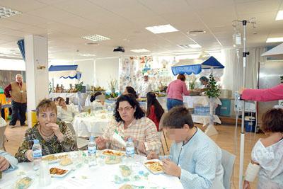 Niños y familiares prueban el buffet en la Ciber@ula.