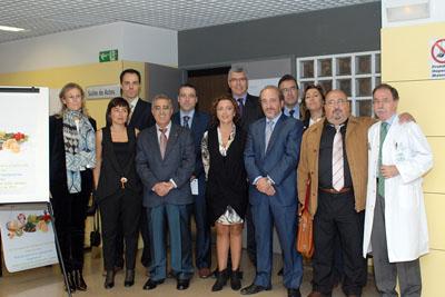 La delegada de Salud acompañada por el Equipo de Dirección y profesionales del centro.