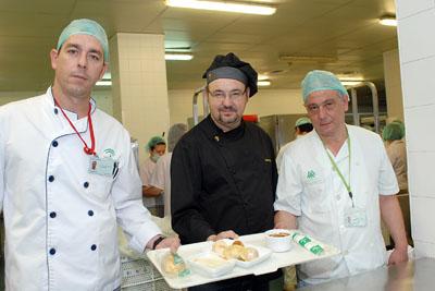El jefe de cocina del Parador de Córdoba muestra el menú.