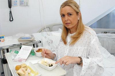 Una paciente degusta los platos del menú servido el martes.